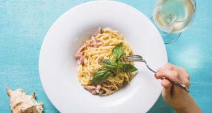 espaguetis con nata y huevo